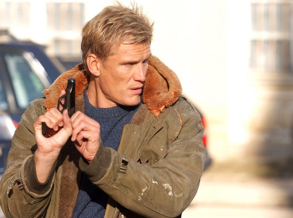 Um dem Knast zu entkommen, willigt Ex-Marine Mike Riggins (Dolph Lundgren) ein, die gekidnappte Amerikanerin Ana Gale zu befreien, ohne seine Auftra... - Bildquelle: Nu Image
