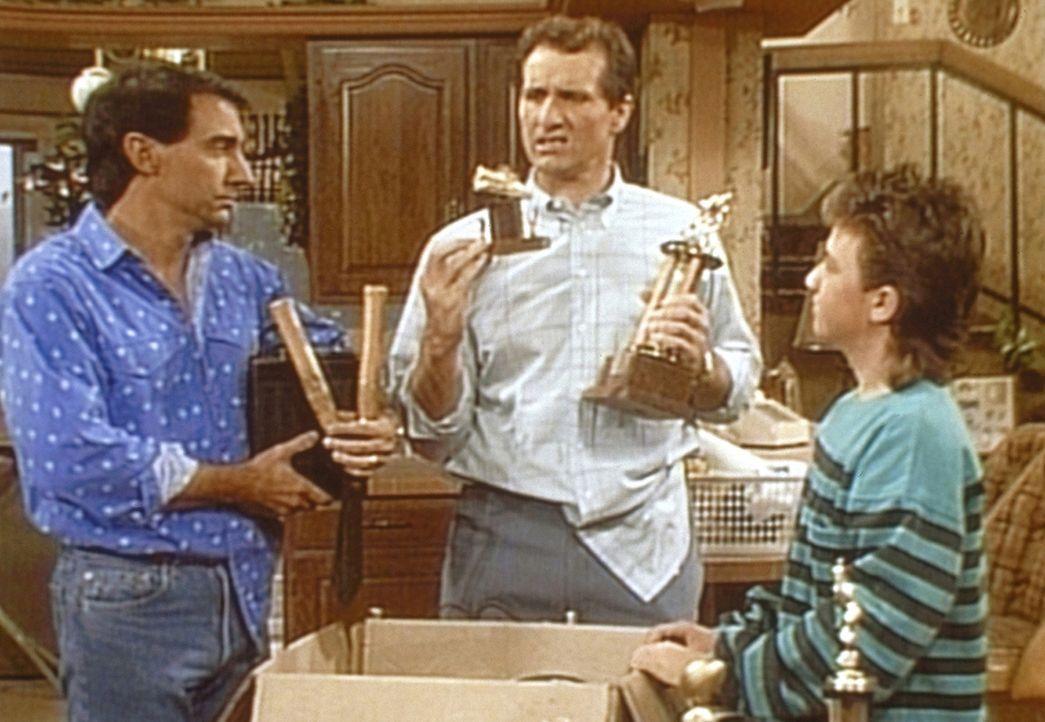 Al (Ed O'Neill, M.) präsentiert Steve (David Garrison, l.) und Bud (David Faustino) Erinnerungsstücke, die er auf dem Speicher gefunden hat. - Bildquelle: Sony Pictures Television International. All Rights Reserved.