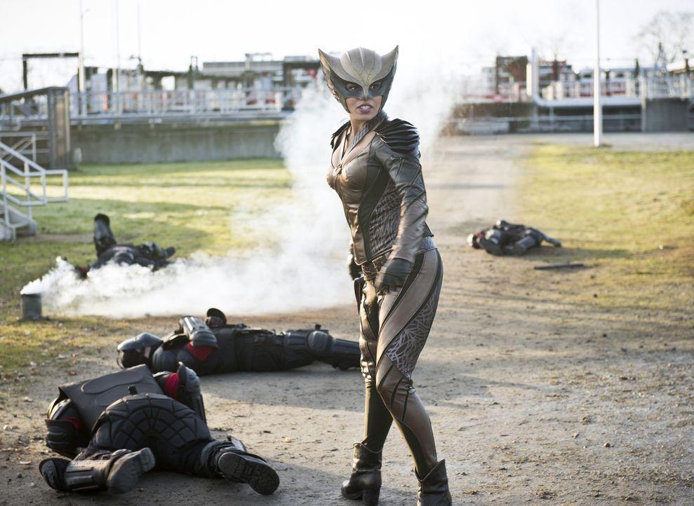 Als Vandal Savage sie aufspürt, müssen sich Kendra alias Hawkgirl (Ciara Renée) und der Rest des Teams auf einen Deal einlassen, um ein Teammitglied... - Bildquelle: 2015 Warner Bros.