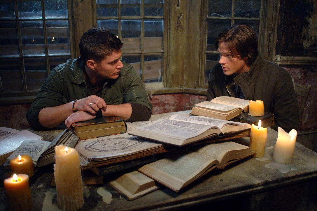 Suchen nach einer Lösung, um dem Pakt mit dem Dämon brechen zu können: Sam (Jared Padalecki, r.) und Dean Winchester (Jensen Ackles, l.) ... - Bildquelle: Warner Bros. Television