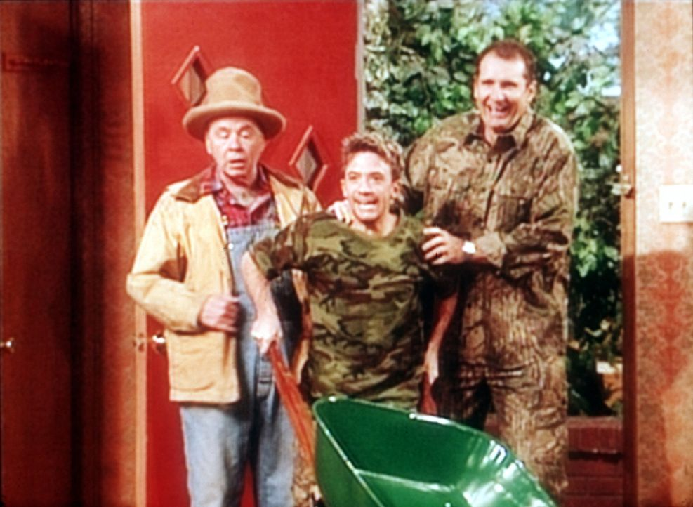Al Bundy (Ed O'Neill, r.), Bud (David Faustino, M.) und Großvater Ephraim (Tim Conway, l.) kommen aus den Wäldern zurück. - Bildquelle: Sony Pictures Television International. All Rights Reserved.