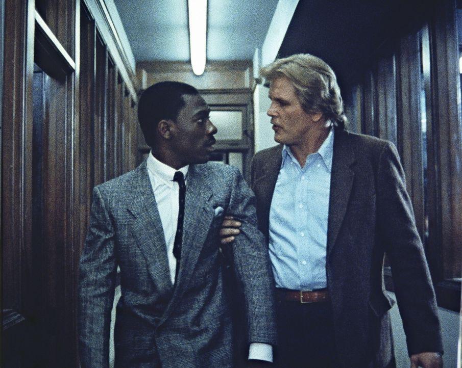 Der barsche Cop Jack Cates (Nick Nolte, r.) holt den zivilisierten und feingeistigen Reggie (Eddie Murphy, l.) aus dem Knast, damit der ihm hilft, d... - Bildquelle: Paramount Pictures