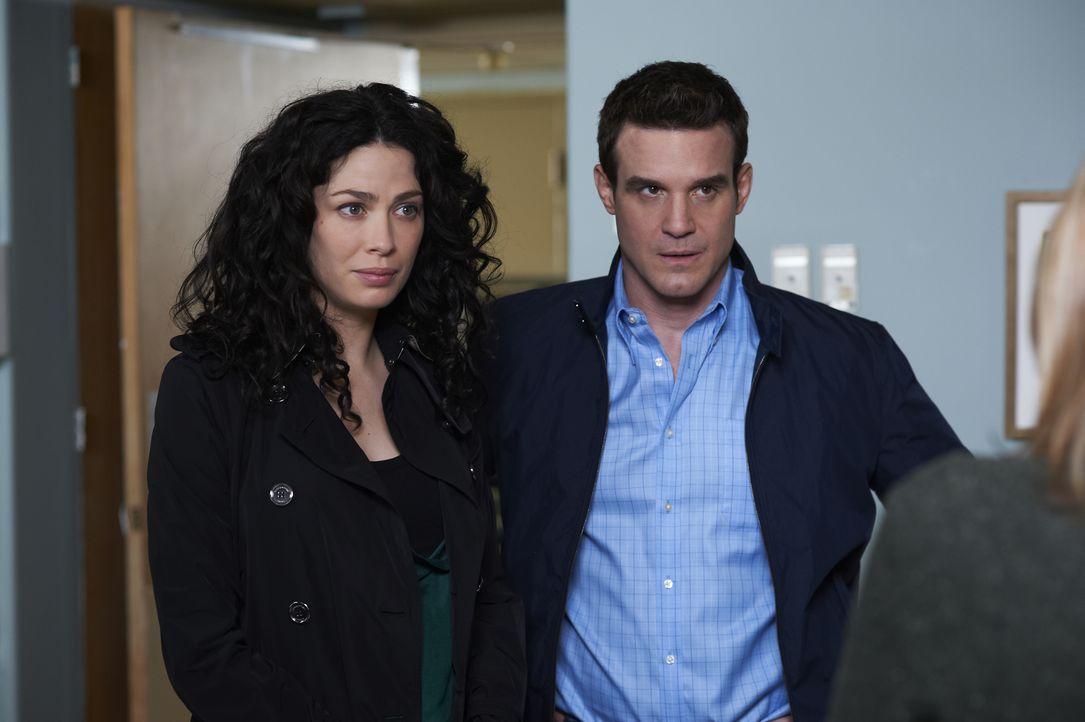 Myka Bering (Joanne Kelly, l.); Pete Lattimer (Eddie McClintock, r.) - Bildquelle: Ken Woroner 2012 Universal Network Television LLC. ALL RIGHTS RESERVED. / Ken Woroner