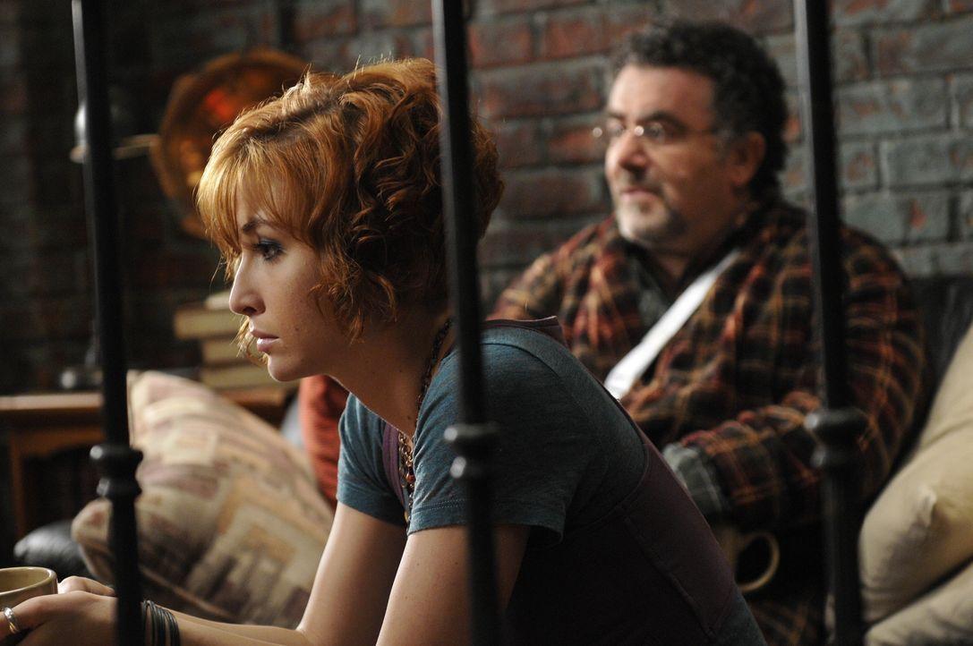 Dass H.G. Wells eine Verräterin ist, hat Claudia (Allison Scagliotti, l.), Artie (Saul Rubinek, r.) und die anderen Mitglieder des Warehouse-Temas s... - Bildquelle: Steve Wilkie SCI FI Channel
