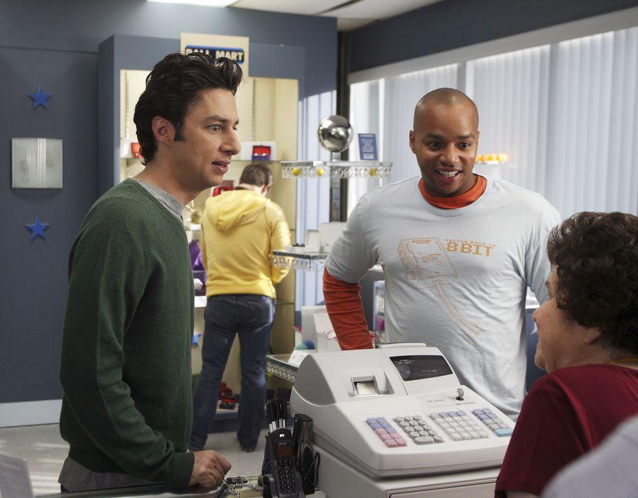 Die beiden Freunde albern wieder einmal gehörig herum: J.D. (Zach Braff, l.) und Turk (Donald Faison, 2.v.r.) sorgen für Abwechslung im Krankenhausa... - Bildquelle: Touchstone Television