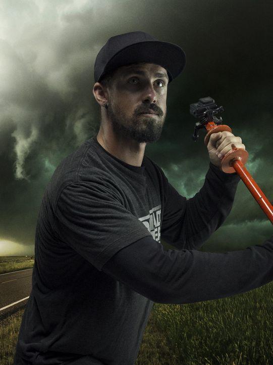 Der Tornado Jäger Ricky Forbes schreckt vor keinem noch so gigantischen Wirbelsturm zurück und begibt sich immer wieder auf eine gefährliche, unstet...