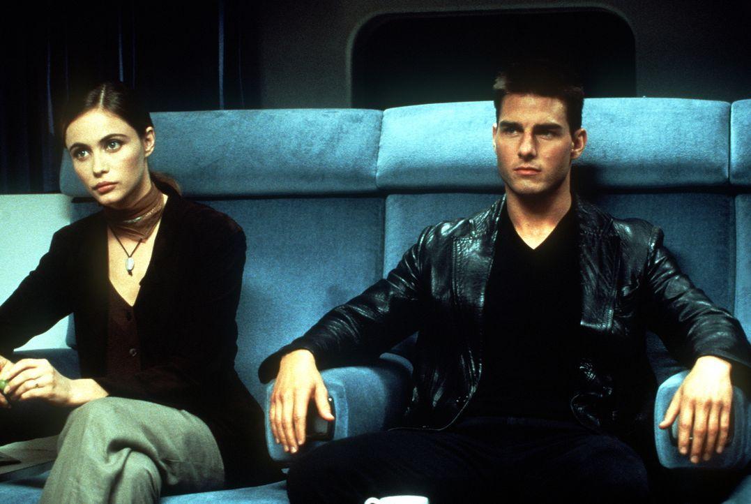Nur zwei Agenten überleben den geheimen Einsatz in der Prager US-Botschaft: Ethan Hunt (Tom Cruise, r.) und Claire (Emmanuelle Béart, l.), die Frau... - Bildquelle: Paramount Pictures