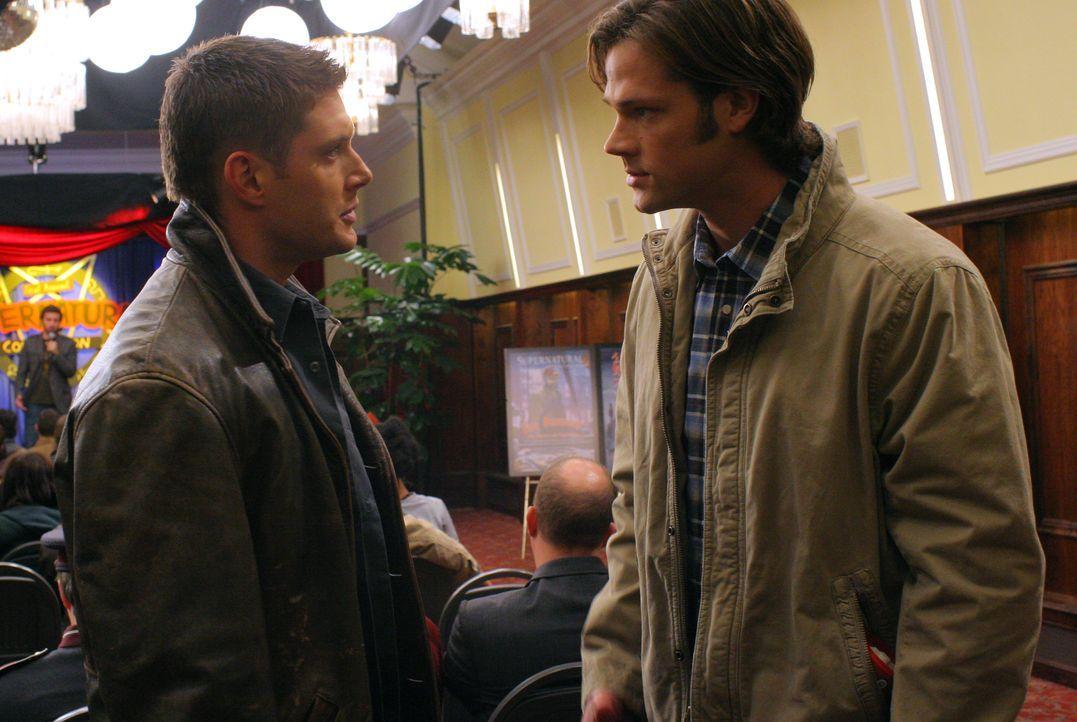 """Werden unwissentlich von ihrem größten Fan Becky auf die erste """"Supernatural""""-Convention eingeladen: Dean (Jensen Ackles, l.) und Sam (Jared Padalec... - Bildquelle: Warner Bros."""