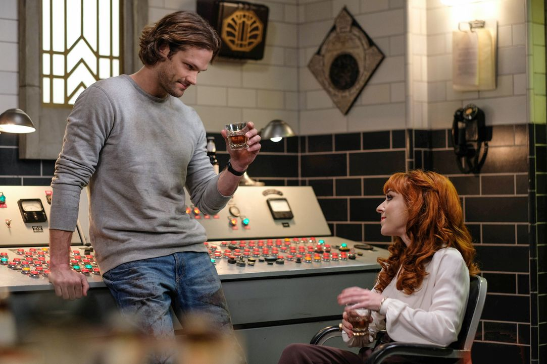 Sam (Jared Padalecki, l.); Rowena (Ruth Connell, r.) - Bildquelle: Robert Falconer 2018 The CW Network, LLC. All Rights Reserved / Robert Falconer