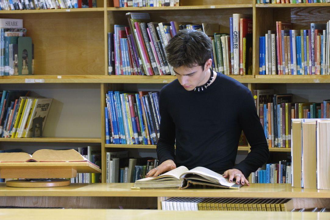 Lex (Kristopher Turner) hat von seinem Bruder ein altes Buch bekommen - nichtsahnend, was es damit wirklich auf sich hat. - Bildquelle: Regent Entertainment