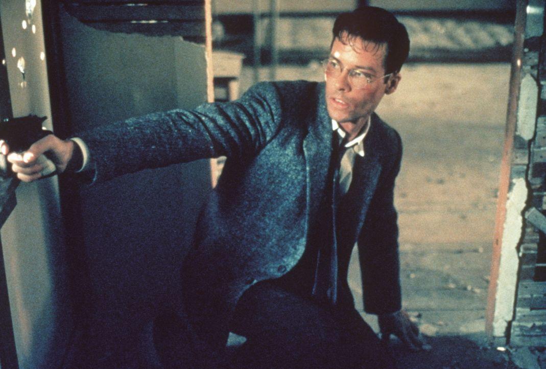 Eines Tages muss sich der junge Cop Ed Exley (Guy Pearce) gegen seine eigenen Kollegen zur Wehr setzten ... - Bildquelle: Warner Bros.