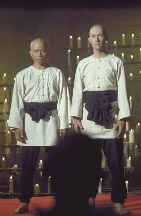 Lernt in einem Kloster der Shaolin die Kunst des Kung Fu: Kwai Chang Caine (David Carradine, r.) ... - Bildquelle: Warner Bros.