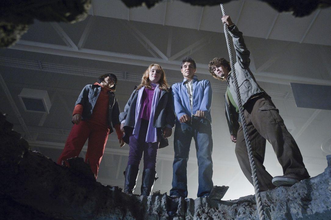 Gemeinsam mit Hund Scooby-Doo machen sich die vier suspendierten Schüler Velma (Hayley Kiyoko), Daphne (Kate Melton), Fred (Robbie Amell) und Shaggy... - Bildquelle: 2009   Warner Brothers