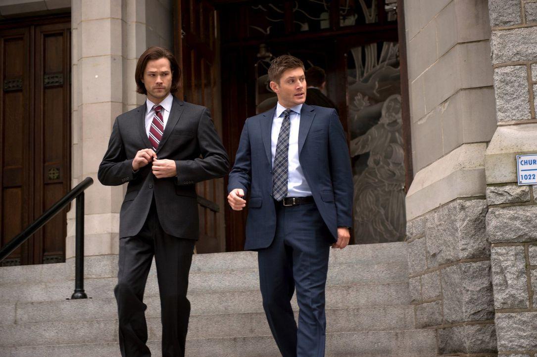 Eine Reihe seltsamer Selbstmorde führt Sam (Jared Padalecki, l.) und Dean (Jensen Ackles, r.) in eine katholische Kirche, in der alle Toten zuvor ih... - Bildquelle: 2016 Warner Brothers