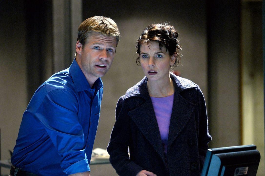 Tom (Joel Gretsch, l.) und Diana (Jacqueline McKenzie, r.) untersuchen einen der 4400 Rückkehrer, der seine Fähigkeiten einsetzt, um in seiner Nachb... - Bildquelle: Viacom Productions Inc.