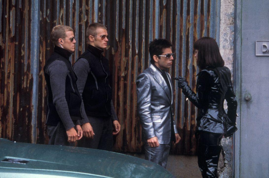 Mugatos Assistentin Katinka (Milla Jovovich, r.) ist überzeugt, dass der einfältige Zoolander (Ben Stiller, 2.v.r.) direkt prädestiniert ist, um als... - Bildquelle: Melinda Sue Gordon TM &  2001 by Paramount Pictures. All Rights Reserved.