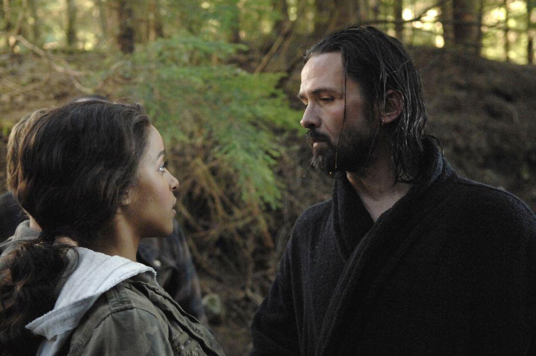 Als Kyle und Isabelle (Megalyn Echikunwoke, l.) auf ihrer Reise Jordan (Bill Campbell, r.) treffen, werden sie von seinen Männern verschleppt und ge... - Bildquelle: Viacom Productions Inc.