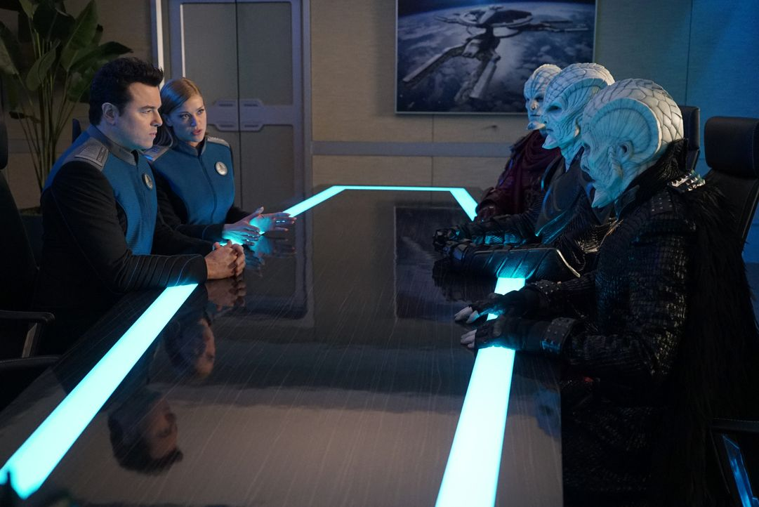 Captain Ed Mercer (Seth MacFarlane, l.); Commander Kelly Grayson (Adrianne Palicki, 2.v.l.) - Bildquelle: Kevin Estrada 2019 Twentieth Century Fox Film Corporation. All rights reserved. / Kevin Estrada