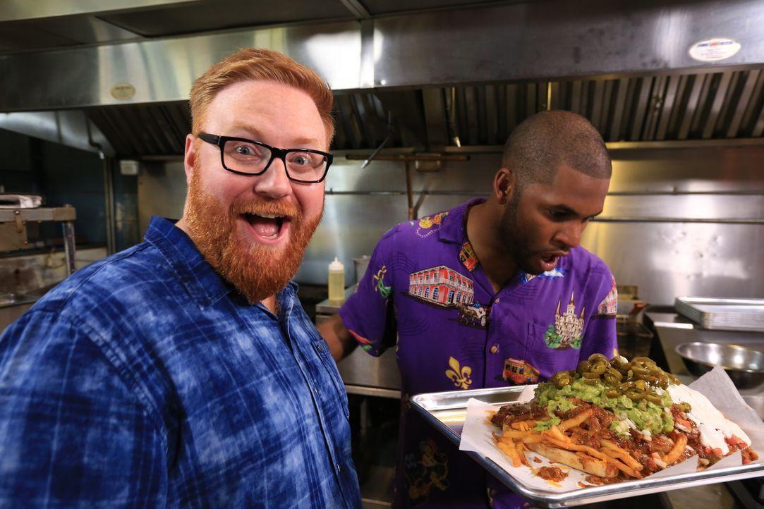 """In New Orleans bereitet Josh Denny (l.) mit Küchenchef Jerry (r.) im """"Dat Dog"""" einen """"Datzilla"""" zu: drei Hot Dogs aus Alligator, Krebs und scharfe W... - Bildquelle: 2017,Television Food Network, G.P. All Rights Reserved."""