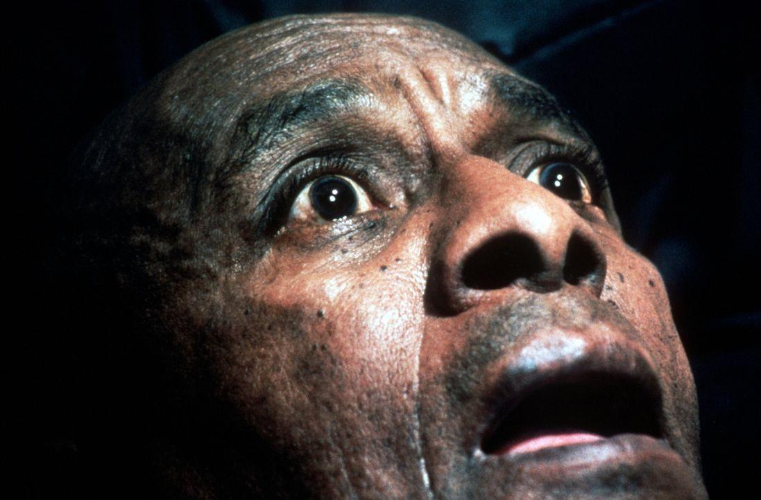 Als Dick Holloran (Scatman Crothers) von Jack mit der Axt bedroht wird, blickt er dem Tod direkt in die Augen ... - Bildquelle: Warner Bros.