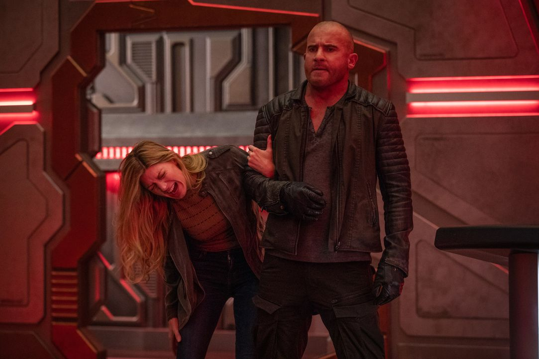 Ava (Jes Macallan, l.); Rory (Dominic Purcell, r.) - Bildquelle: Jack Rowand 2018 The CW Network, LLC. All rights reserved. / Jack Rowand