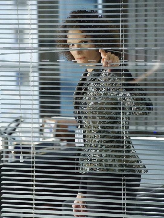 Nach alldem, was gesehen ist, möchte Naz (Mary Elizabeth Mastrantonio) ein Auge auf Brian haben, weshalb er ein neues Büro bekommt ... - Bildquelle: David M. Russell 2016 CBS Broadcasting, Inc. All Rights Reserved