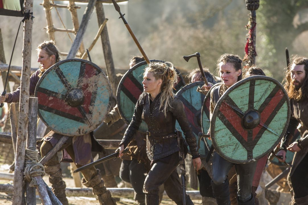 Kattegat wird von einer geheimnisvollen Schar von Krieger überfallen. Lagertha (Katheryn Winnick, M.) und ihre Schildmaiden nehmen den Kampf auf und... - Bildquelle: 2016 TM PRODUCTIONS LIMITED / T5 VIKINGS III PRODUCTIONS INC. ALL RIGHTS RESERVED.