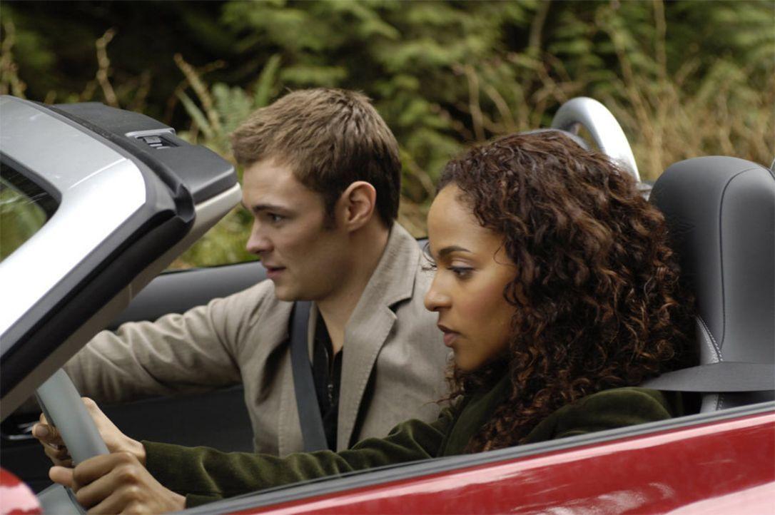 Shawn (Patrick Flueger, l.) bringt Isabelle (Megalyn Echikunwoke, r.) das Autofahren bei ... - Bildquelle: Viacom Productions Inc.