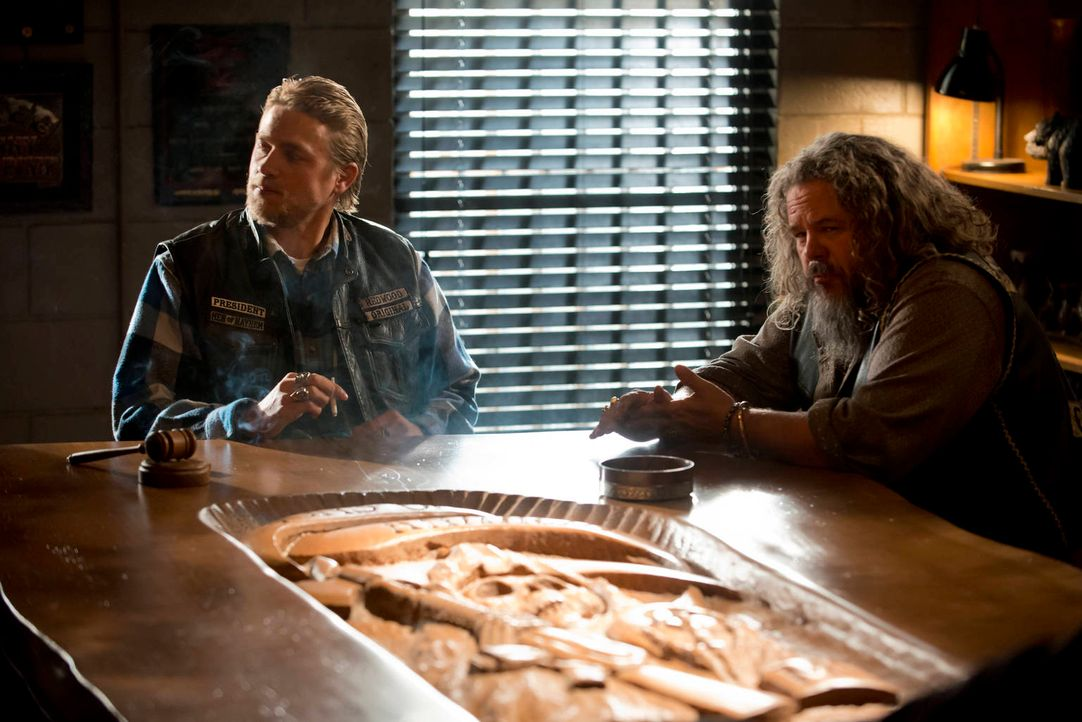 Jax (Charlie Hunnam, l.), Bobby (Mark Boone Junior, r.) und die anderen Mitglieder des Clubs haben mit schwerwiegenden Problemen und einem skrupello... - Bildquelle: 2012 Twentieth Century Fox Film Corporation and Bluebush Productions, LLC. All rights reserved.