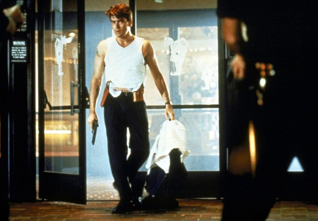 Um seinen erfahrenen Kollegen aus den Händen der Gang zu befreien, riskiert der Neuling David Ackerman (Charlie Sheen) Kopf und Kragen ... - Bildquelle: Warner Bros.