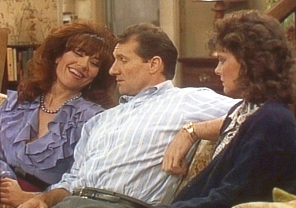 Flankiert von Peggy (Katey Sagal, l.) und Marcy (Amanda Bearse, r.), gefällt sich Al (Ed O'Neill) als Fachmann für Sexualprobleme. - Bildquelle: Sony Pictures Television International. All Rights Reserved.