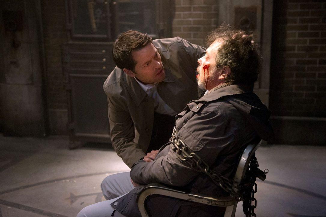 Castiel (Misha Collins, l.) sorgt dafür, dass Sam und Dean bei Metatron (Curtis Armstrong, r.) Informationen über das Kainsmal bekommen, ohne zu ahn... - Bildquelle: 2016 Warner Brothers