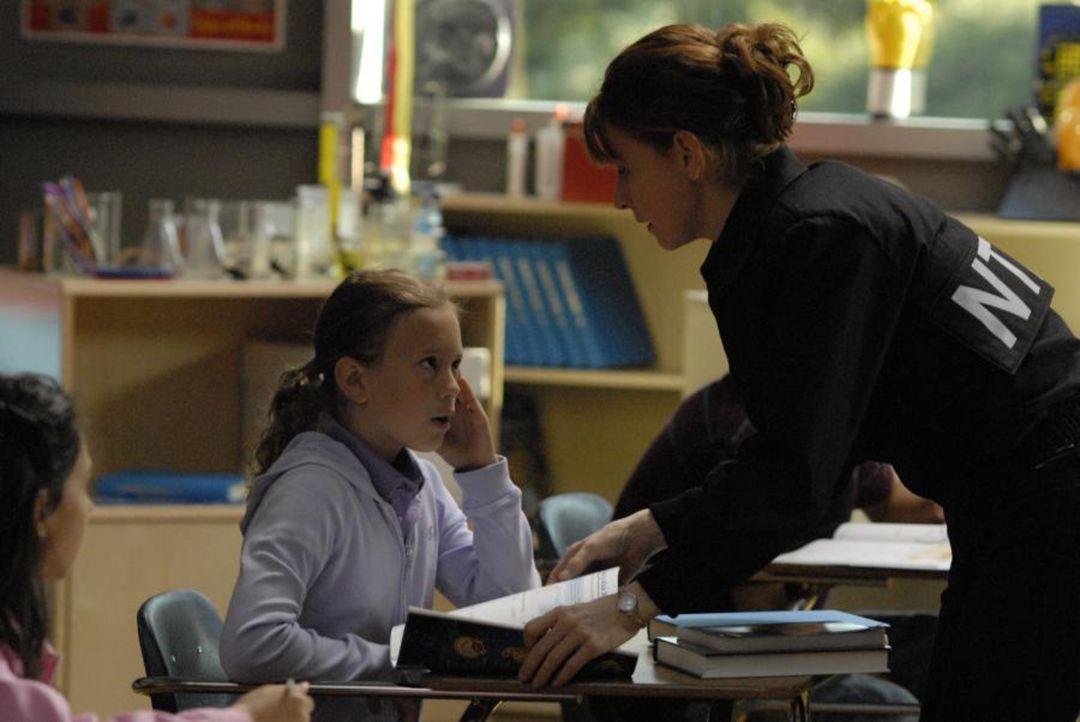 Im 4400 Zentrum betritt Isabelle einen Klassenraum voller Kinder, in dem sich auch Maia befindet. Maia (Conchita Campbell, r.) hat sich ohne Dianas... - Bildquelle: Viacom Productions Inc.