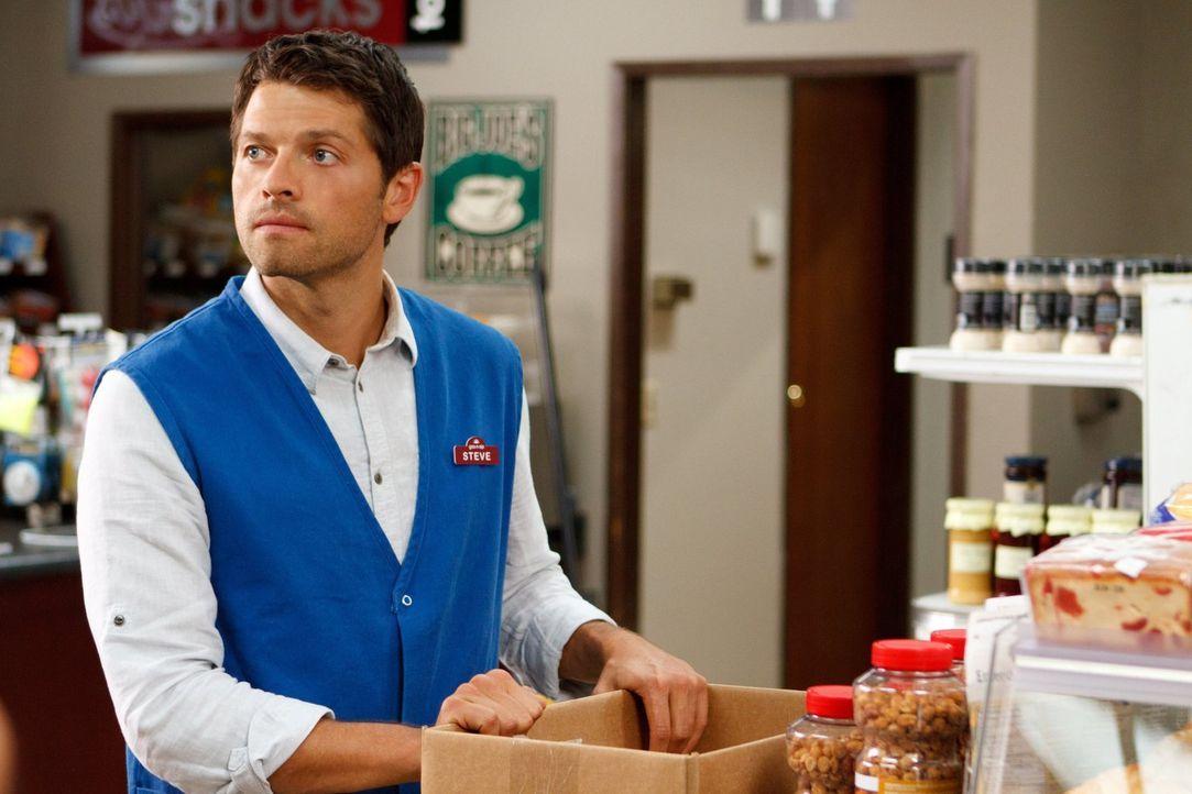 Eigentlich könnte Castiel (Misha Collins) als Angestellter eines Gas-N-Sip ein relativ normales Leben führen, doch dann verschwinden in der Nähe imm... - Bildquelle: 2013 Warner Brothers