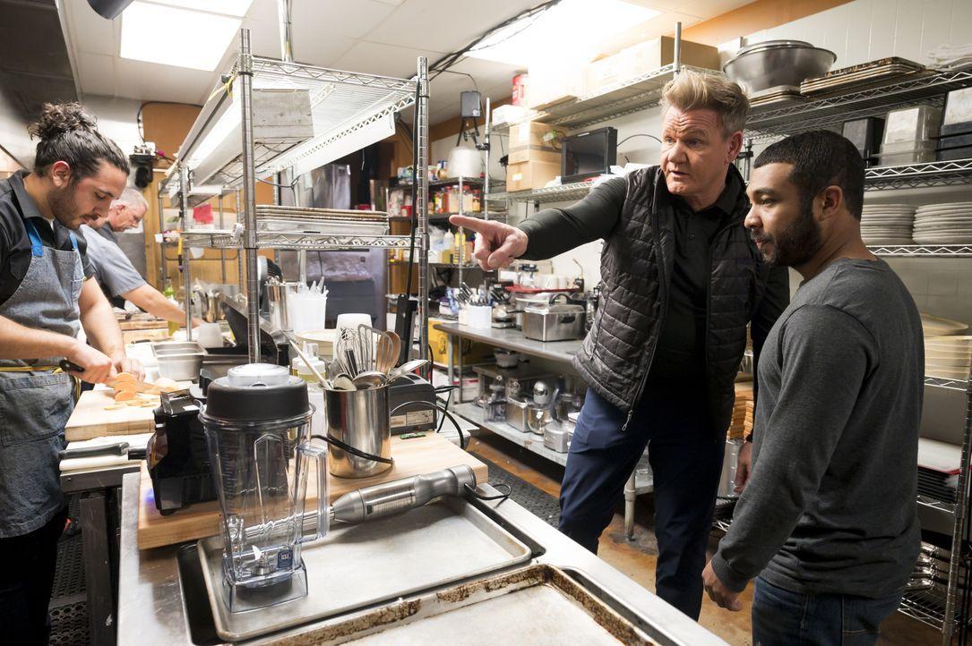 Starkoch Gordon Ramsay will den Gastronomen Steven und Brad unter die Arme g... - Bildquelle: Jeffrey Neira Studio Ramsay and all3media international / Jeffrey Neira