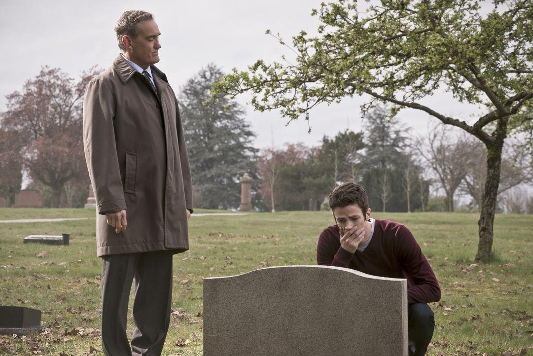 Während Barry (Grant Gustin, r.) in der Zwischenwelt um sein altes Leben kämpft, versucht Henry (John Wesley Shipp, l.), in der realen Welt Jesse am... - Bildquelle: Warner Bros. Entertainment, Inc.