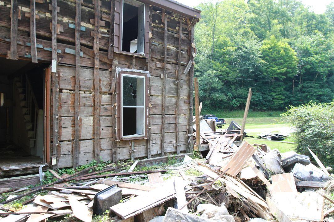 Diesmal hat sich Mark Bowe für seine Crew ein gefährliches Projekt ausgesucht: Die alte Hütte fällt förmlich auseinander ... - Bildquelle: 2015, DIY Network/Scripps Networks, LLC. All Rights Reserved.
