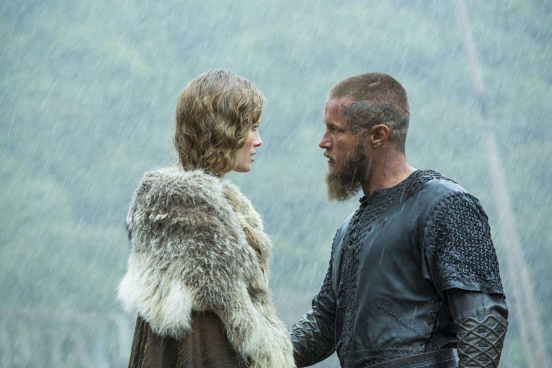 Ragnar (Travis Fimmel, r.) und seine Männer kommen zurück nach Kattegat. Dort wird er von Aslaug (Alyssa Sutherland, l.) und dem fremden Wanderer ko... - Bildquelle: 2015 TM PRODUCTIONS LIMITED / T5 VIKINGS III PRODUCTIONS INC. ALL RIGHTS RESERVED.