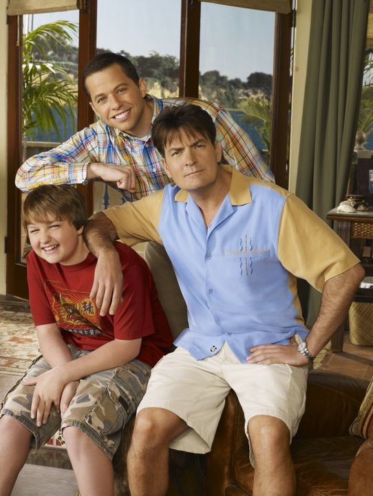 (6. Staffel) - Harte Männer: Charlie (Charlie Sheen, r.), Alan (Jon Cryer, M.) und Jake (August T. Jones, l.) ... - Bildquelle: Warner Brothers Entertainment Inc.