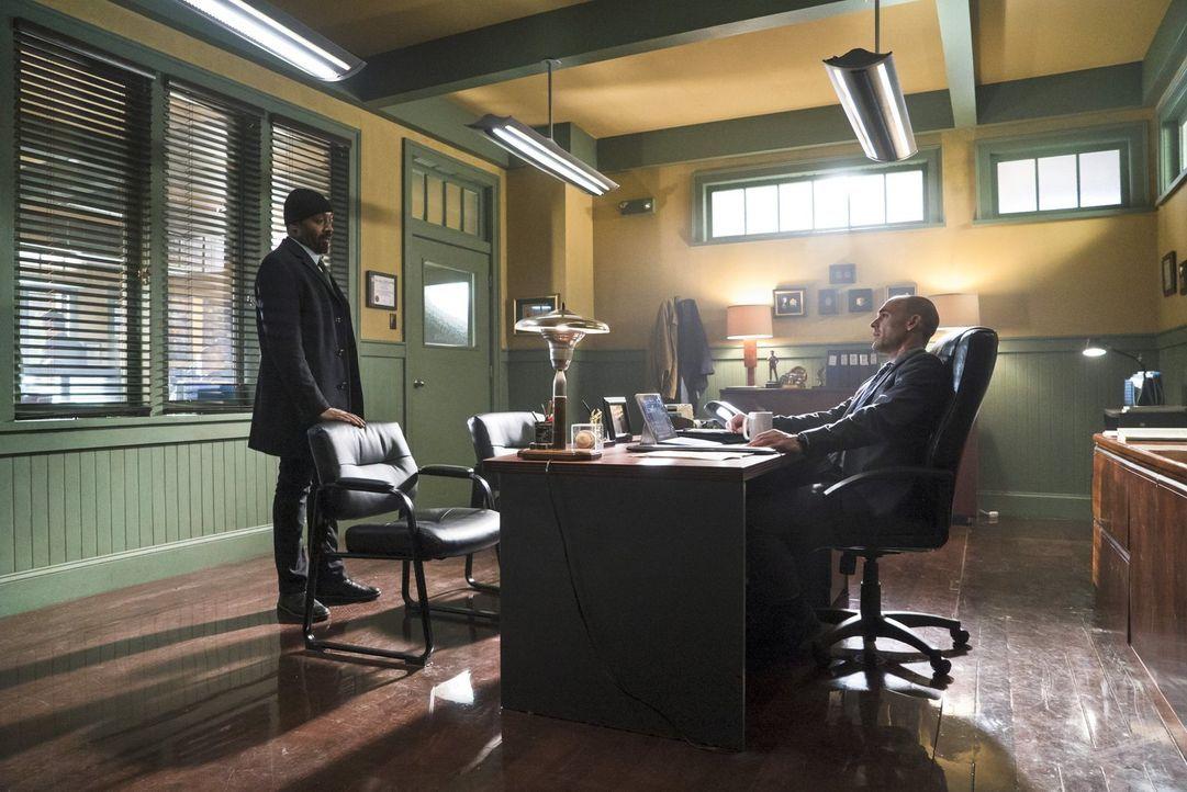 Wird sich Captain Lance (Paul Blackthorne, r.) wirklich auf Joes (Jesse L. Martin, l.) Bitte einlassen und den Fund einer Leiche vor der Polizei ver... - Bildquelle: Warner Brothers.