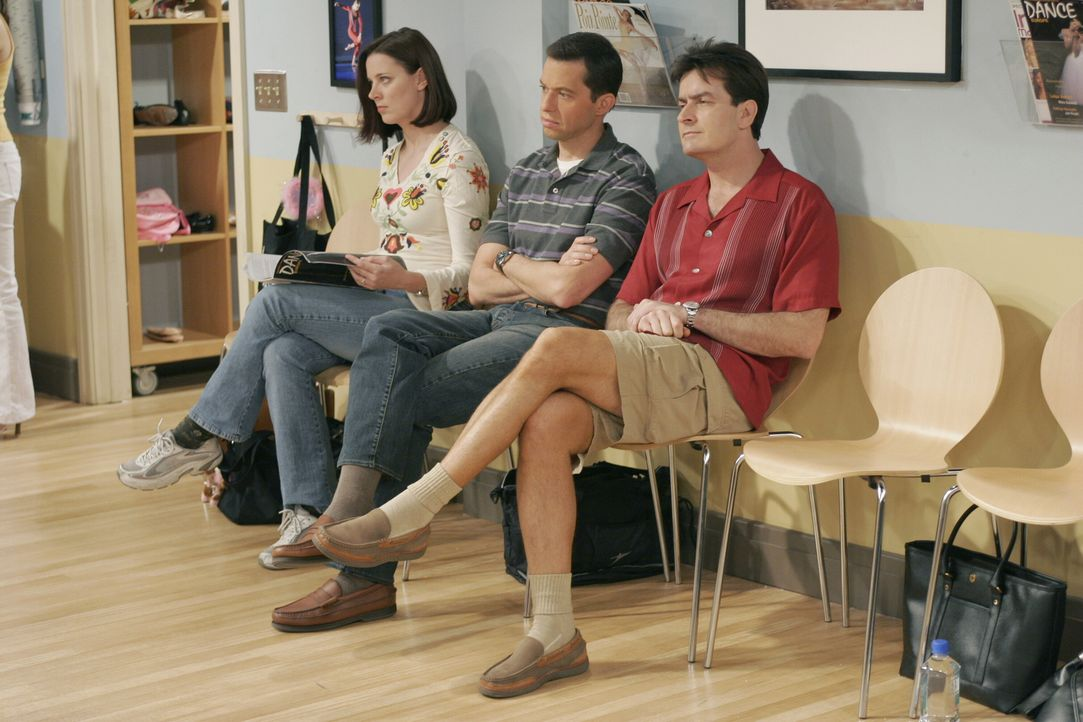 Sehen Jake gespannt beim Ballettunterricht zu: Charlie (Charlie Sheen, r.) und Alan (Jon Cryer, M.) ... - Bildquelle: Warner Brothers Entertainment Inc.
