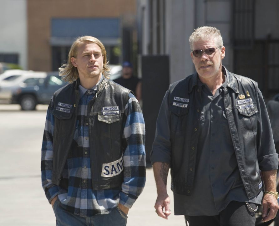 "Clay (Ron Perlman, r.) soll zu einer Befragung mit aufs Revier des ATF. Jax (Charlie Hunnam, l.), der der Vizepräsident der ""Sons of Anarchy"" ist,... - Bildquelle: 2008 FX Networks, LLC. All rights reserved."