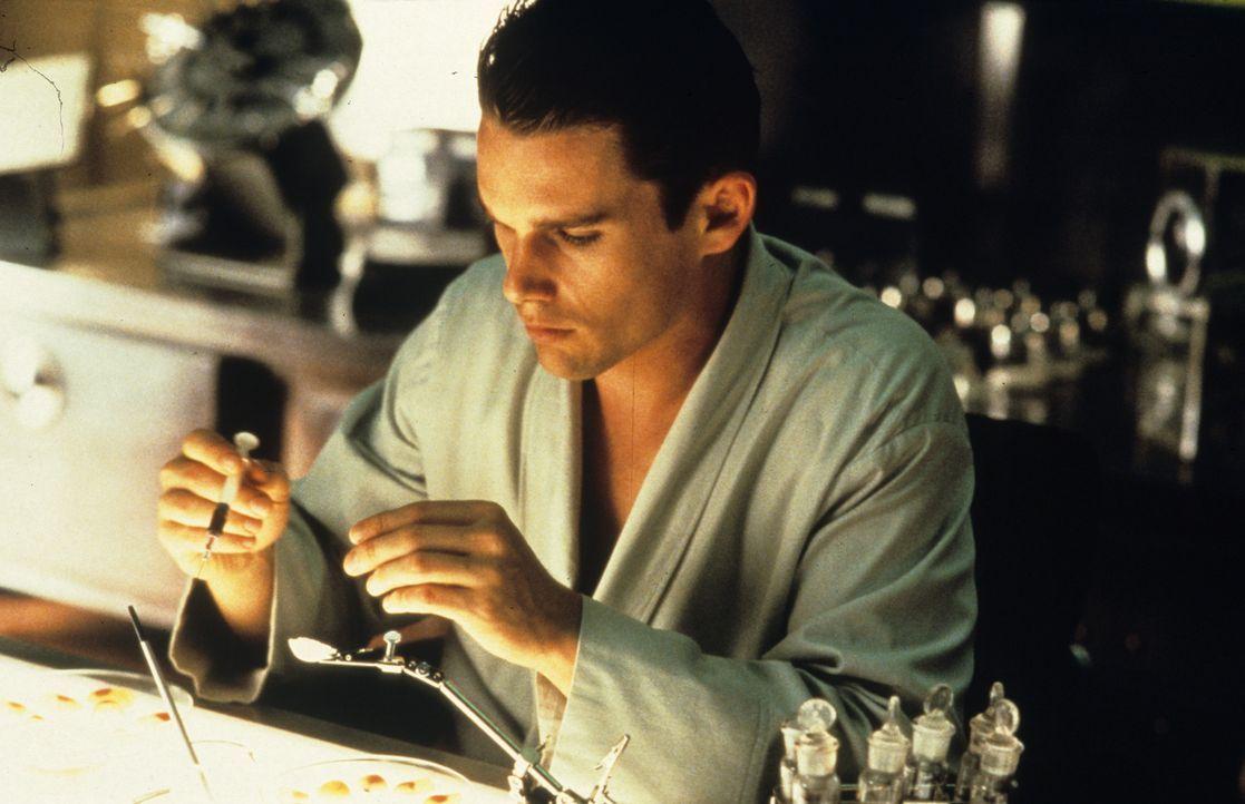 Um die Gattaca-Corporation überlisten zu können, muss Vincent Beutelchen mit Urin, Blut, Hautschuppen und Haaren von Jerome (Jude Law) anfertigen ..... - Bildquelle: Columbia Pictures