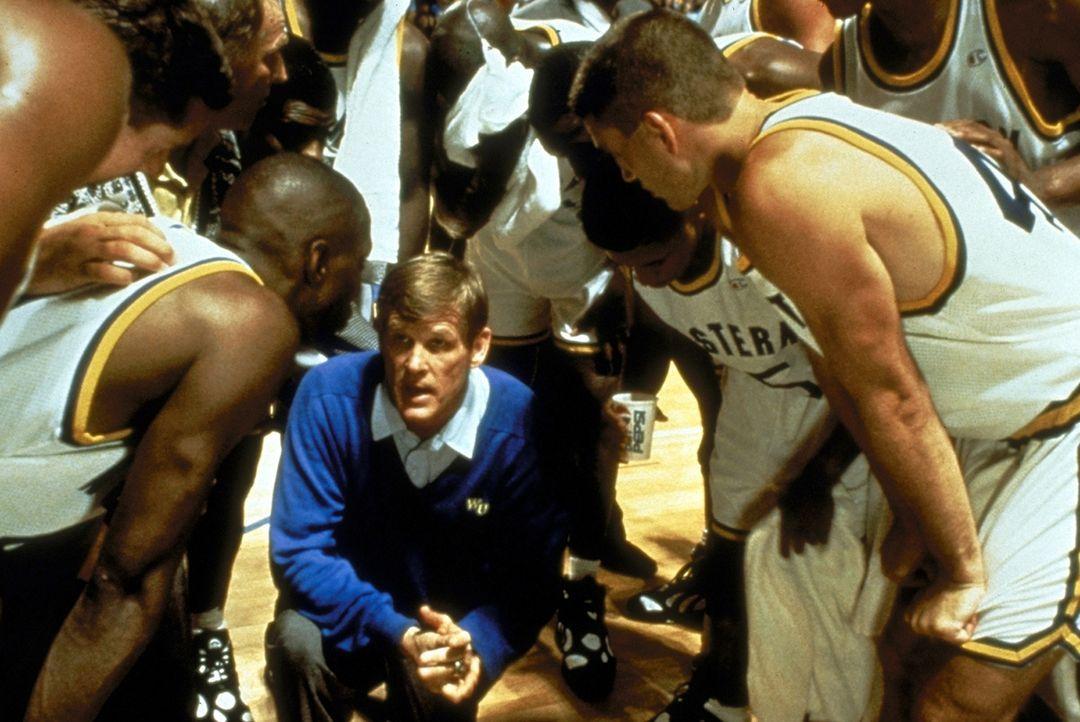 Der begeisterte Basketball-Coach Pete Bell (Nick Nolte, M.) befürchtet, dass er erstmalig mit seiner College-Mannschaft eine Meisterschaft verlieren... - Bildquelle: Paramount Pictures