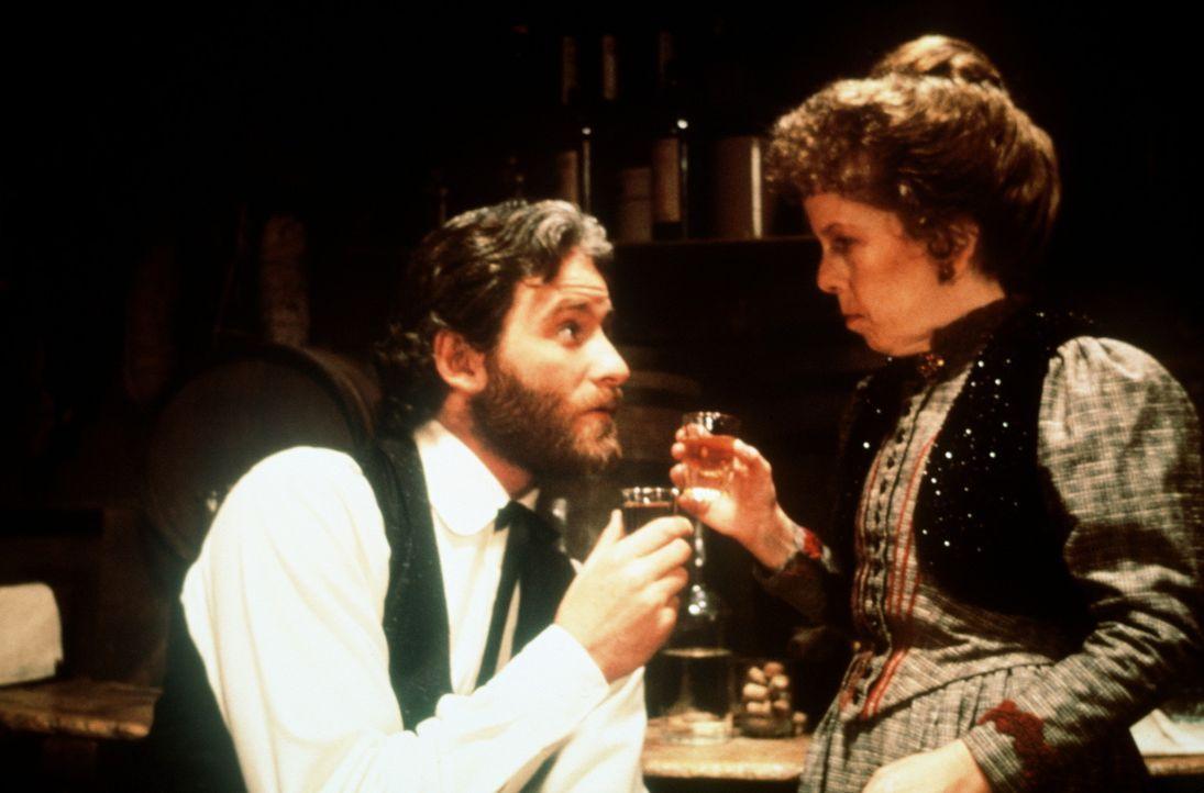 Paden (Kevin Kline, l.) findet Gefallen an Stella (Linda Hunt, r.) ... - Bildquelle: Columbia Pictures