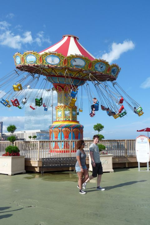 J.D. Scott (r.) macht gemeinsam mit Achterbahn-Fan M.K. (l.) den Steel Pier Freizeitpark in Atlantic City in New Jersey unsicher ... - Bildquelle: 2014, GAC/Scripps Networks, LLC. All Rights Reserved.
