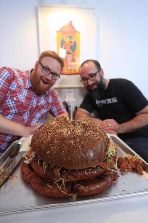 "Küchenchef Tom Own (r.) präsentiert Josh Denny (l.) ein typisches Cleveland-Sandwich im ""Banter Beer and Wine"": riesige Kielbasa-Wurst mit viel Pomm... - Bildquelle: 2017,Television Food Network, G.P. All Rights Reserved."