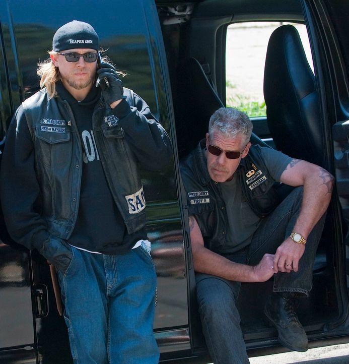 Die Mayans machen Jax (Charlie Hunnam, l.) und Clay (Ron Perlman, r.) das Leben schwer, doch die Sons of Anarchy lassen sich nicht so leicht unterkr... - Bildquelle: 2010 FX Networks, LLC. All rights reserved.