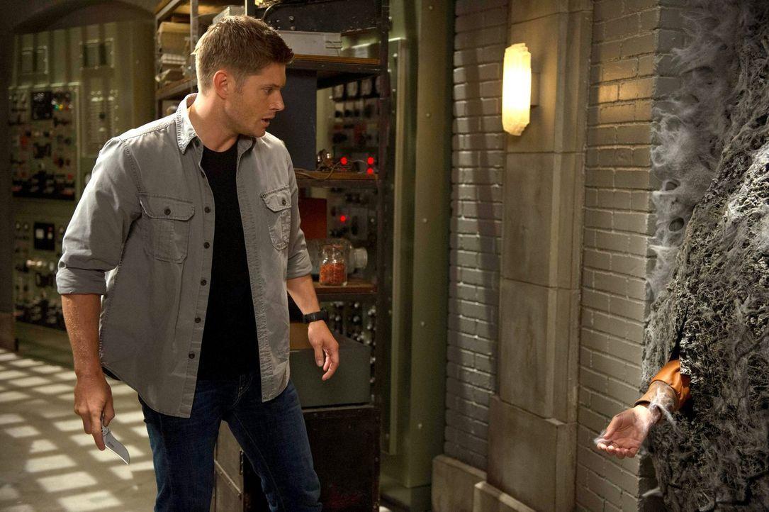 Noch ahnt Dean (Jensen Ackles) nicht, wer sich hinter der mysteriösen Wand im Hauptquartier verbirgt ... - Bildquelle: 2013 Warner Brothers