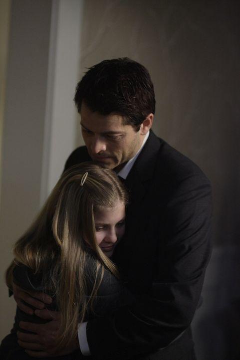Sind sie in Gefahr? Claire (Sydney Imbeau, l.) und Jimmy (Misha Collins, r.) ... - Bildquelle: Warner Bros. Television